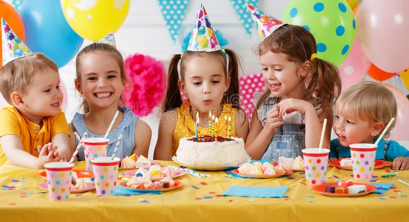 Cumpleaños del ` s de los niños niños felices con la torta fotografía de archivo libre de regalías