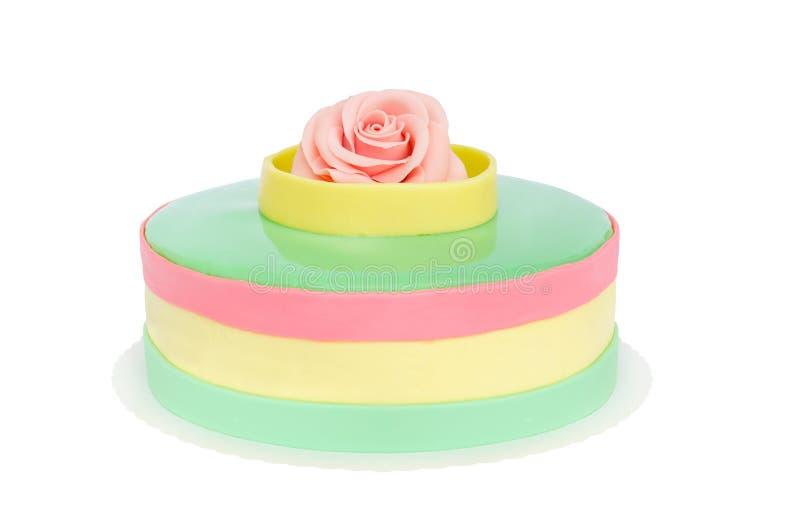 Cumpleaños o pastel de bodas del color en colores pastel con la rosa aislada imagen de archivo