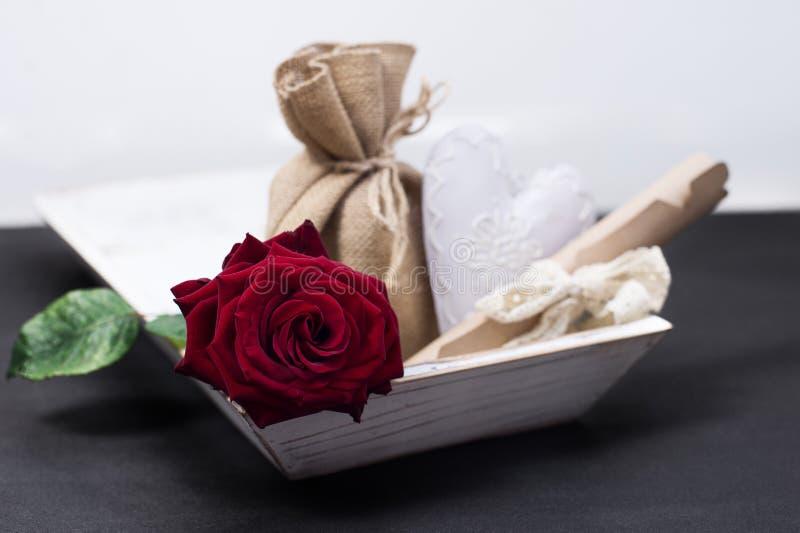 Cumprimento e presentes do dia de Valentine's imagem de stock