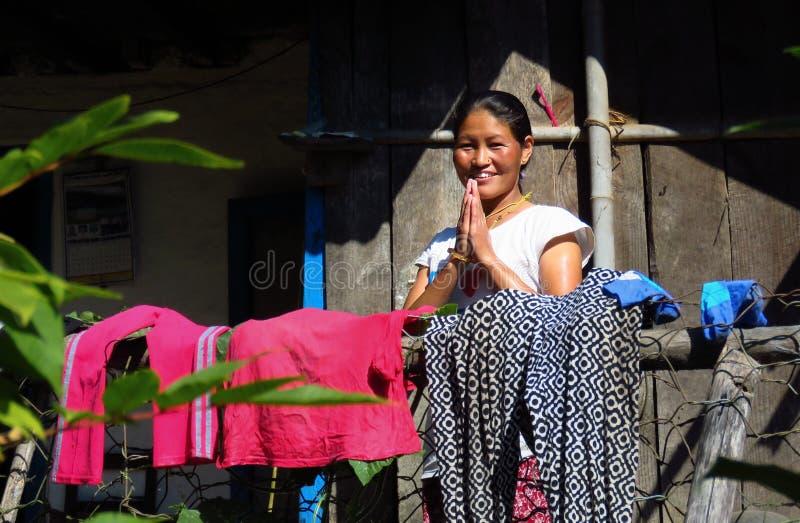 Cumprimento nepalês com um sorriso morno, namaste da mulher imagem de stock