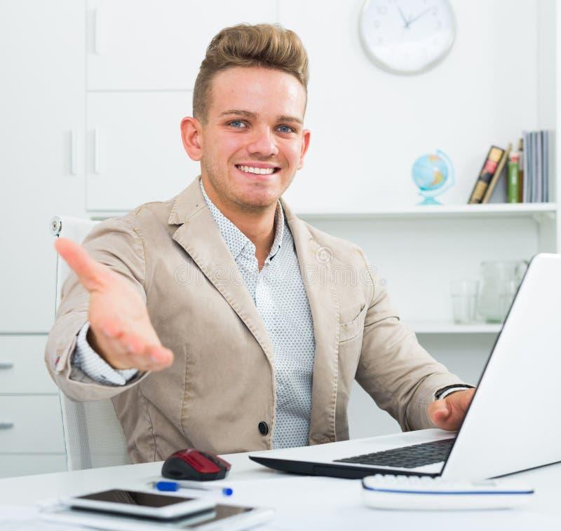 Cumprimento novo do homem de negócios alguém no escritório imagem de stock royalty free