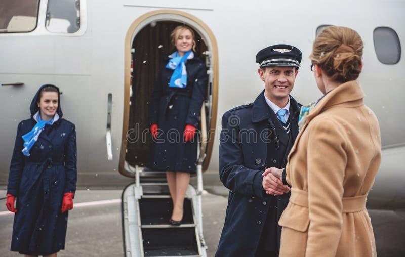 Cumprimento piloto que parte com fêmea imagem de stock