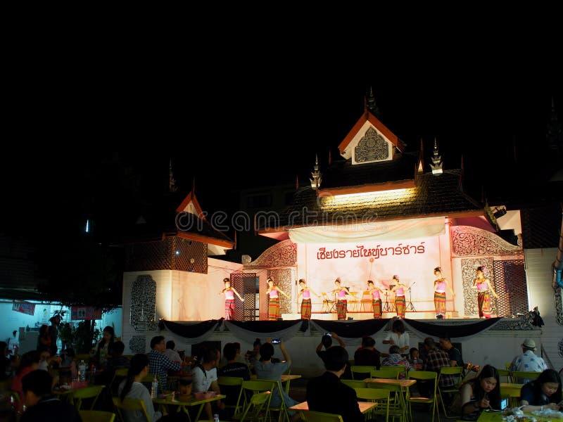 Cumprimento TAILANDÊS tradicional da dança para visitantes do mercado na rua de passeio, o BAZAR da NOITE de CHIANG RAI imagem de stock royalty free