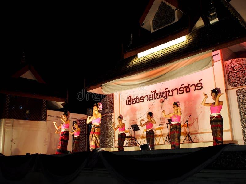 Cumprimento TAILANDÊS tradicional da dança para visitantes do mercado na rua de passeio, o BAZAR da NOITE de CHIANG RAI imagens de stock royalty free