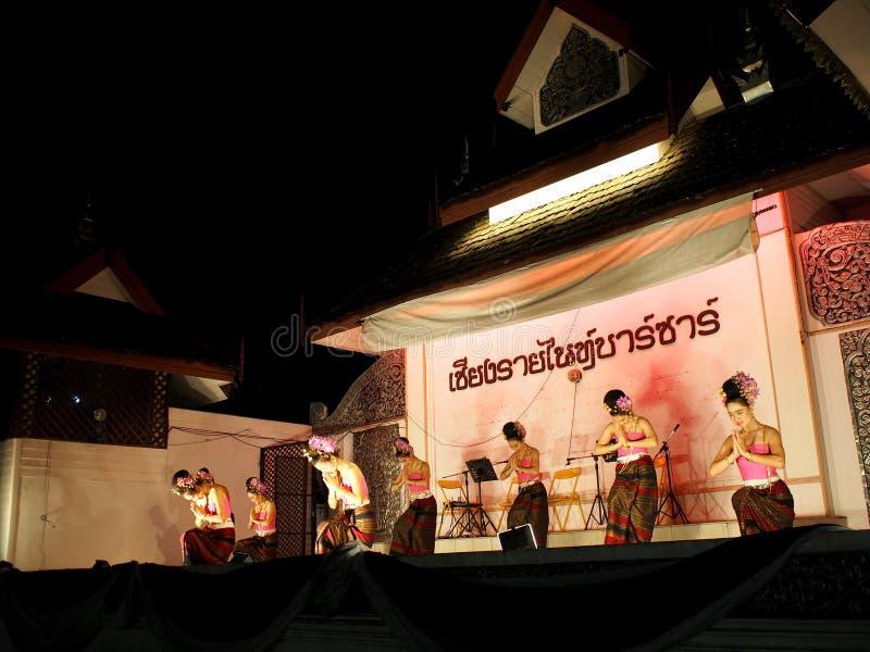 Cumprimento TAILANDÊS tradicional da dança para visitantes do mercado na rua de passeio, o BAZAR da NOITE de CHIANG RAI foto de stock royalty free