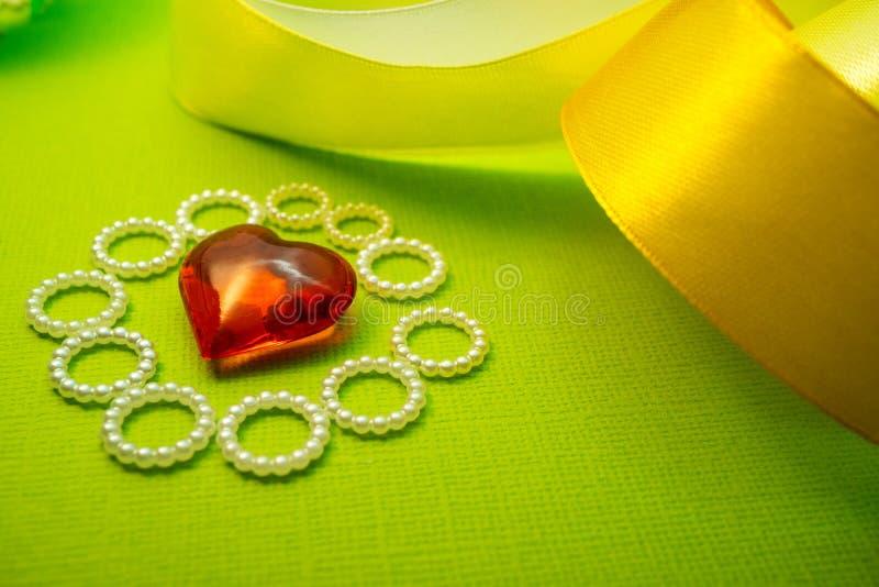 Cumprimentos com coração vermelho do dia do ` s do Valentim em um fundo verde-claro que molda uma sombra imagens de stock royalty free