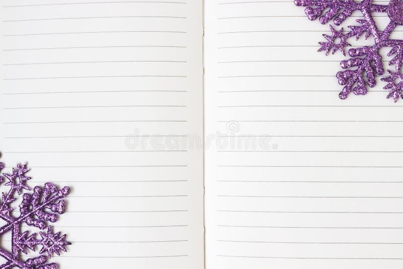Cumprimentos do ano novo em um caderno aberto foto de stock royalty free