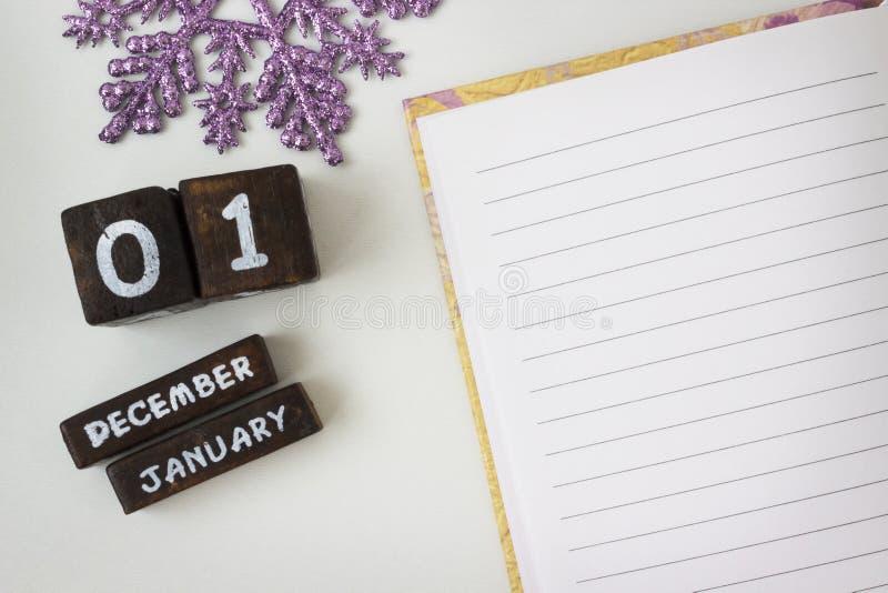 Cumprimentos do ano novo em um caderno aberto fotos de stock royalty free