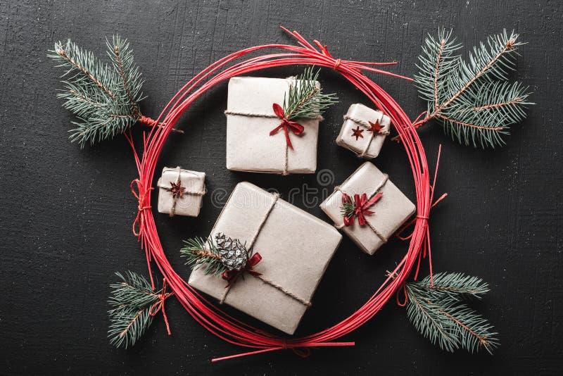 Cumprimentos do dia do ` s do Natal e do ano novo, com muitos presentes por feriados de inverno em um círculo vermelho e em umas  fotos de stock royalty free