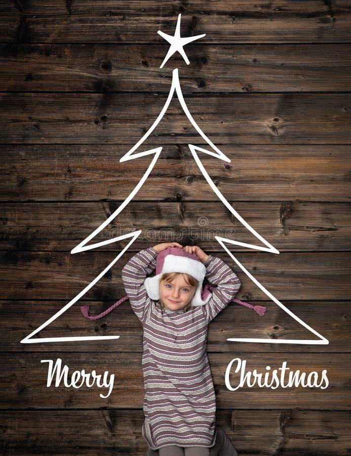 Cumprimentos do Feliz Natal na madeira escura vertical do vintage da vista superior Menina feliz da criança no pinho da árvore do imagens de stock