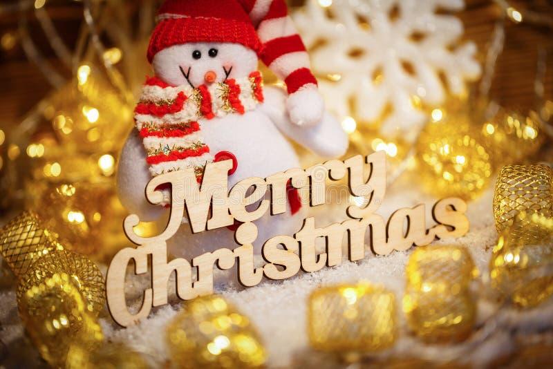 Cumprimentos do Feliz Natal - text na tipografia do vintage com festões e boneco de neve foto de stock royalty free