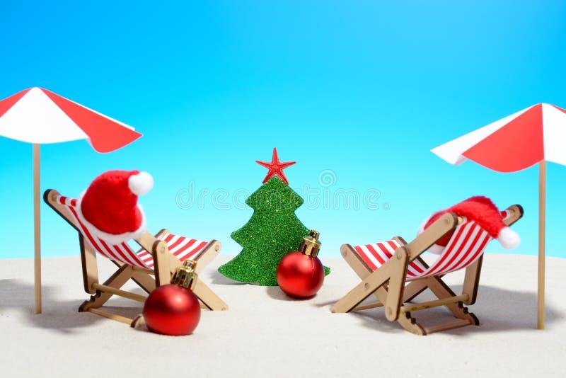 Cumprimentos sazonais do Natal de uma praia tropical fotografia de stock royalty free