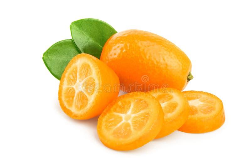Cumquat ou kumquat avec des tranches d'isolement sur le fond blanc photographie stock