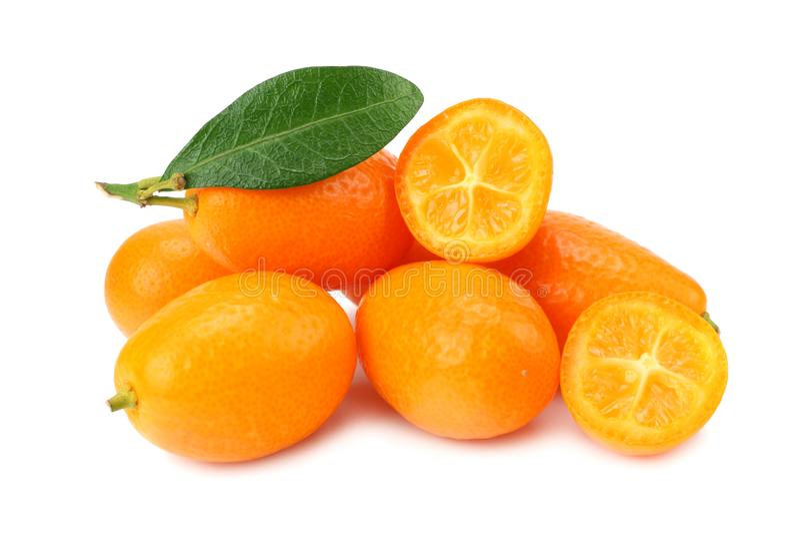Cumquat ou kumquat com as fatias e as folhas isoladas no fundo branco foto de stock royalty free