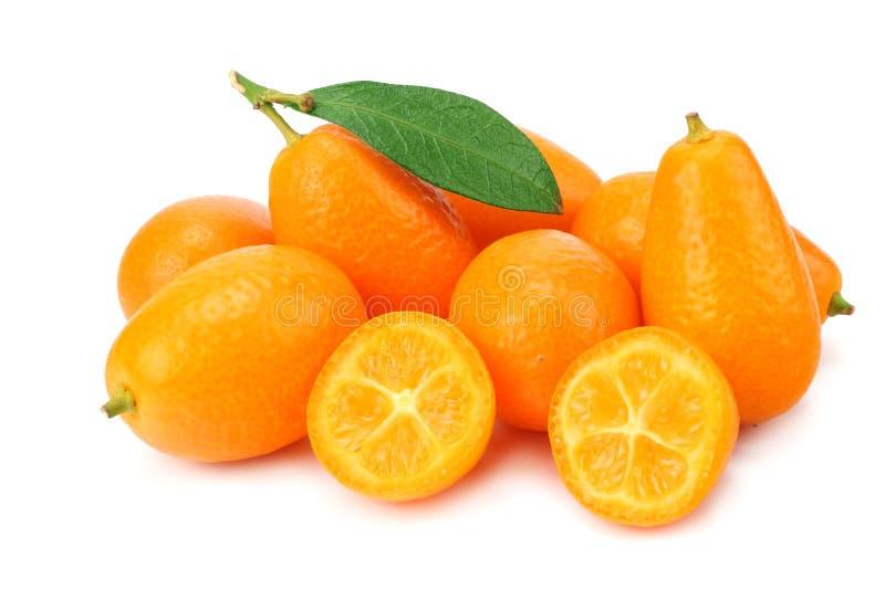 Cumquat ou kumquat com as fatias e as folhas isoladas no fundo branco imagem de stock