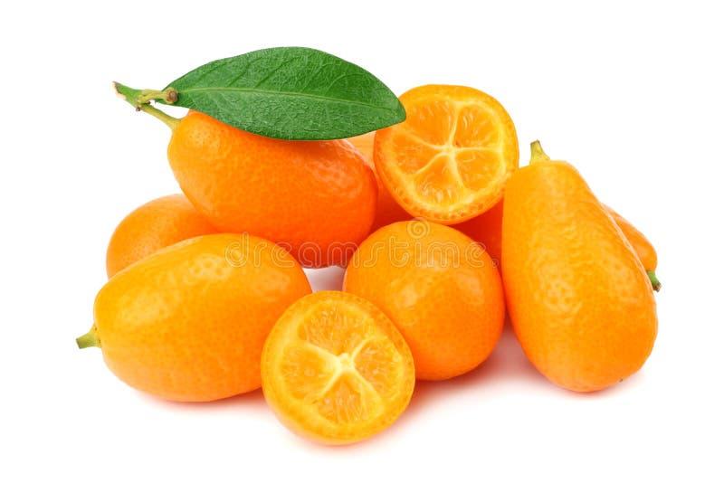 Cumquat ou kumquat com as fatias e as folhas isoladas no fundo branco imagem de stock royalty free