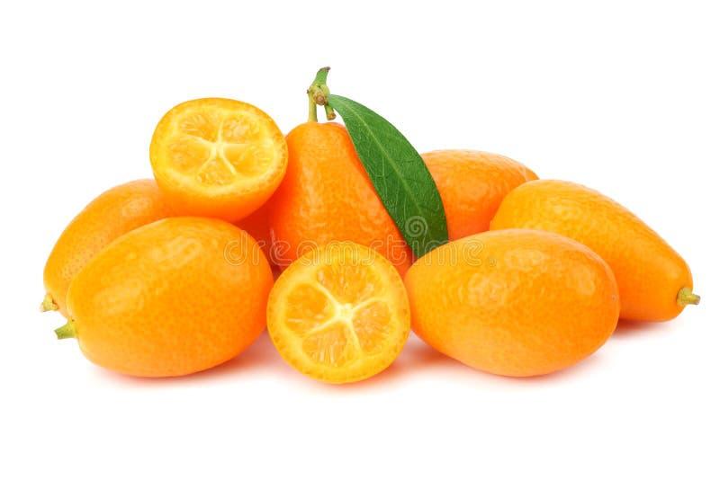 Cumquat ou kumquat com as fatias e as folhas isoladas no fundo branco imagens de stock royalty free