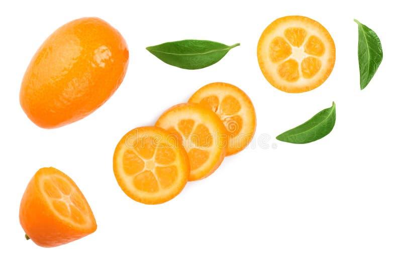 Cumquat ou kumquat com as fatias isoladas no fundo branco com espa?o da c?pia para seu texto Vista superior Configura??o lisa foto de stock royalty free