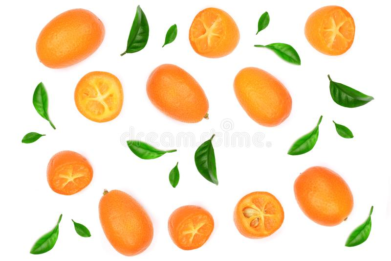 Cumquat ou kumquat com metade isolado no fundo branco Vista superior Teste padrão liso da configuração foto de stock royalty free