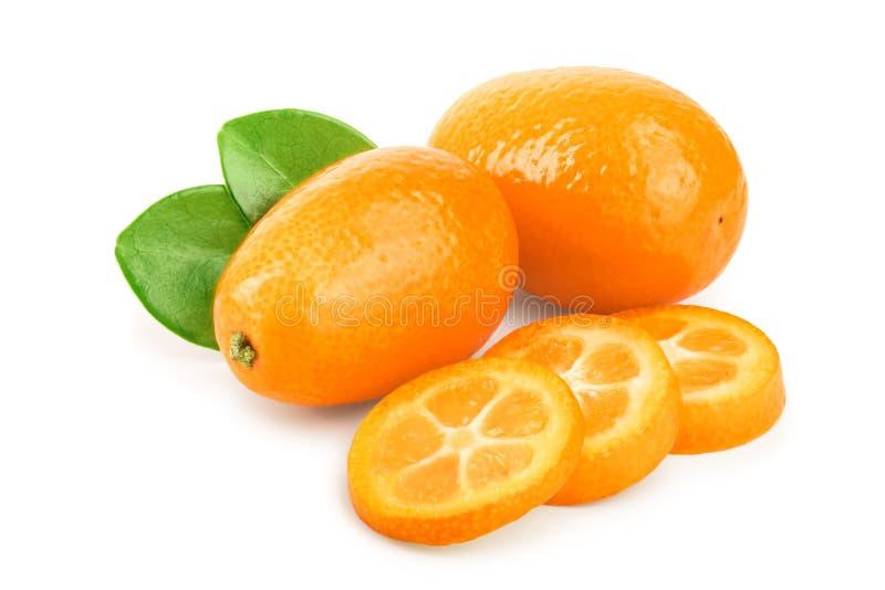 Cumquat ou kumquat com os slies isolados no fundo branco imagem de stock