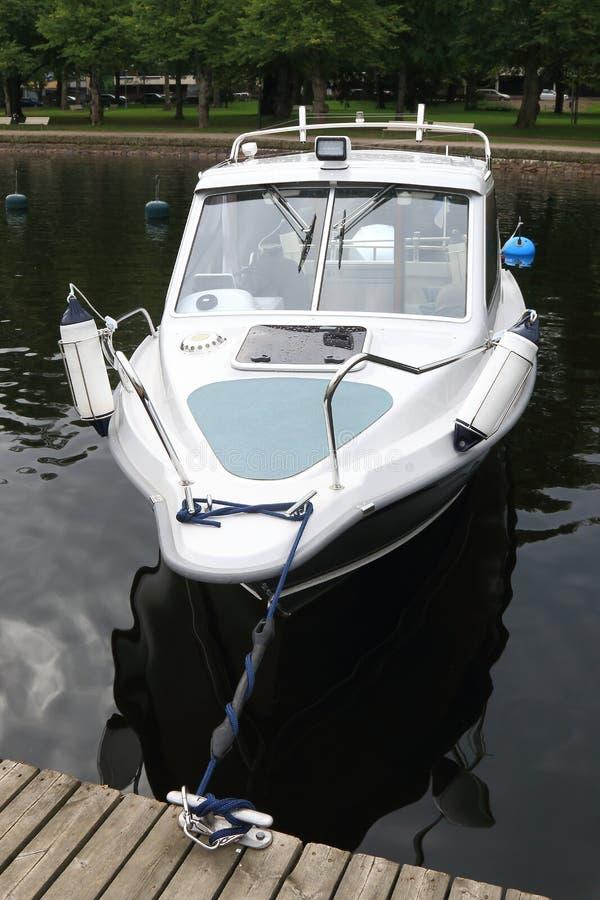 Cumujący biały motorboat zdjęcia royalty free