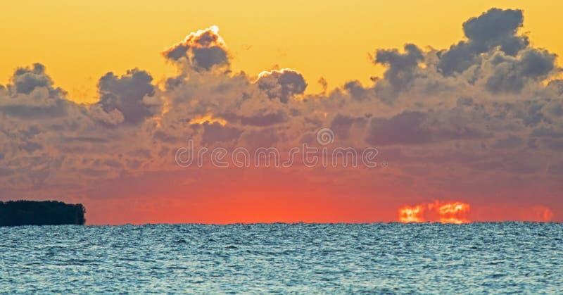 Cumuli ad alba sopra il lago Ontario immagine stock