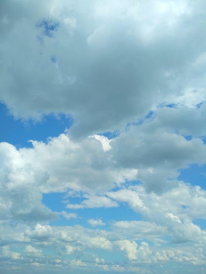 Cumuli che galleggiano pacificamente nel cielo immagini stock