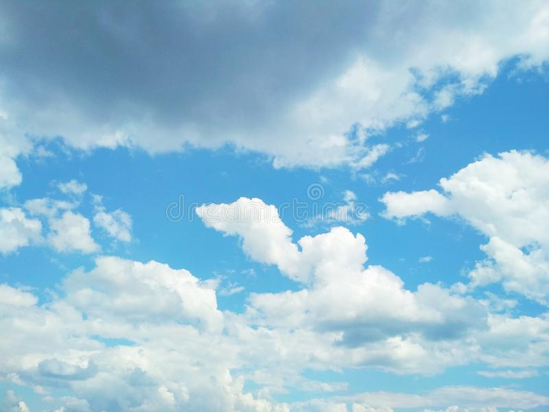 Cumuli che galleggiano pacificamente nel cielo fotografia stock libera da diritti