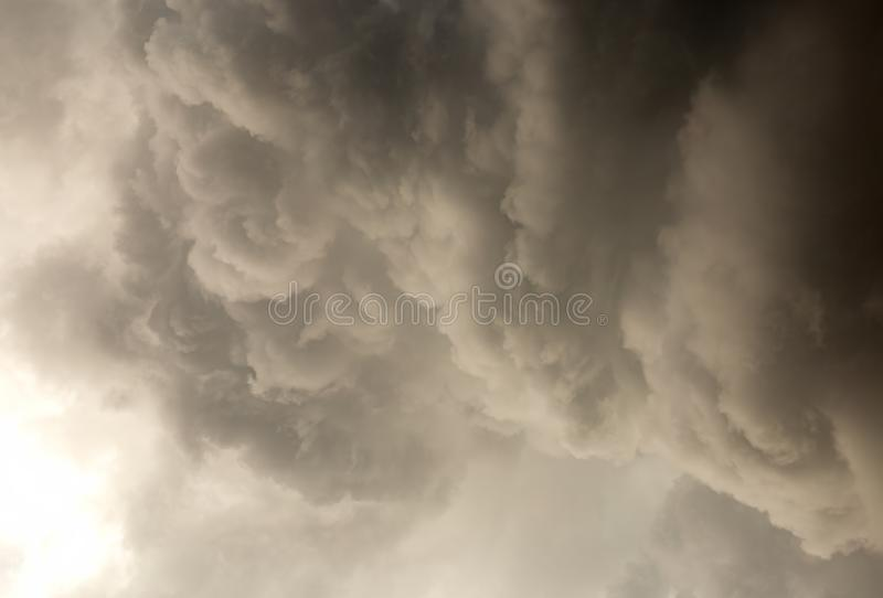 Cumuli che si riuniscono sulla cima del cielo fotografie stock