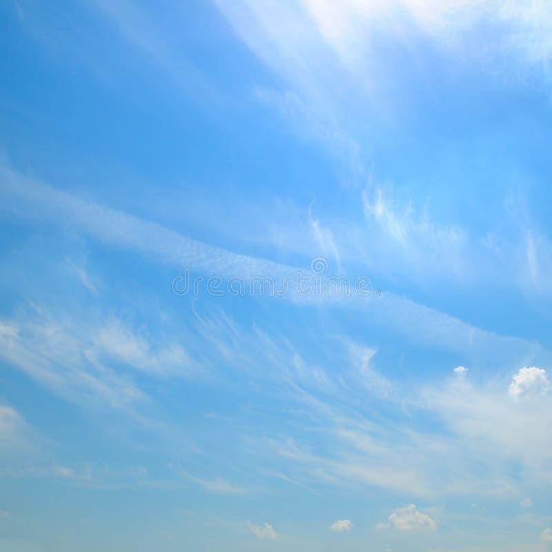 Cumuli nel cielo blu immagini stock