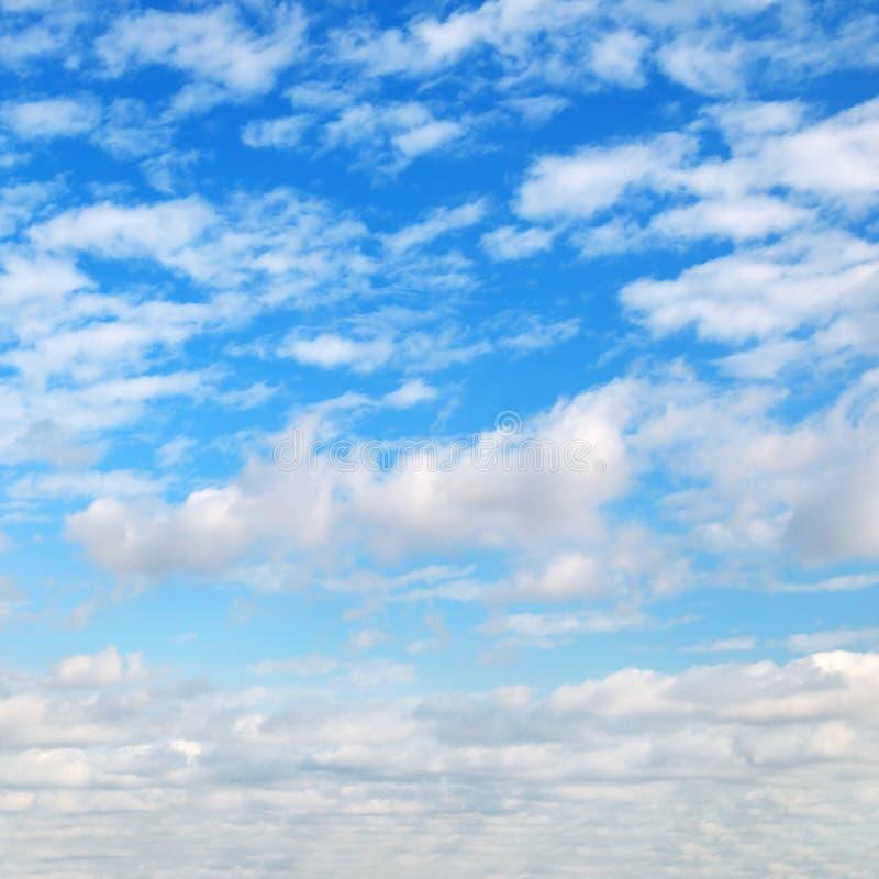 Cumuli nel cielo blu fotografia stock
