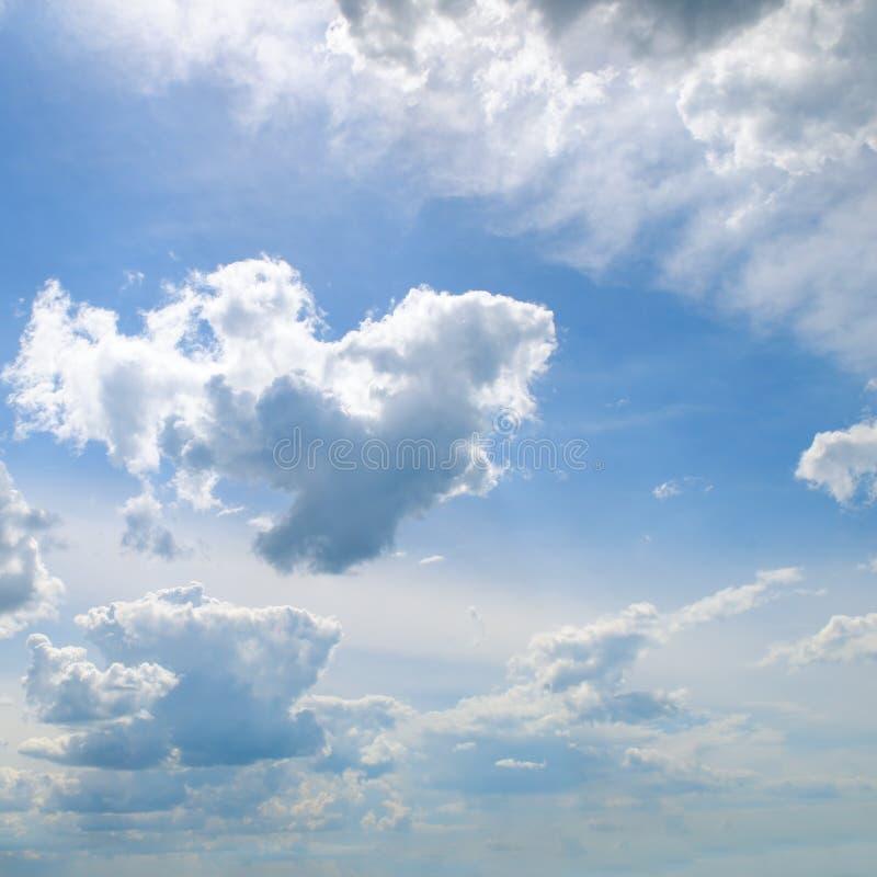 Cumuli nel cielo blu fotografia stock libera da diritti