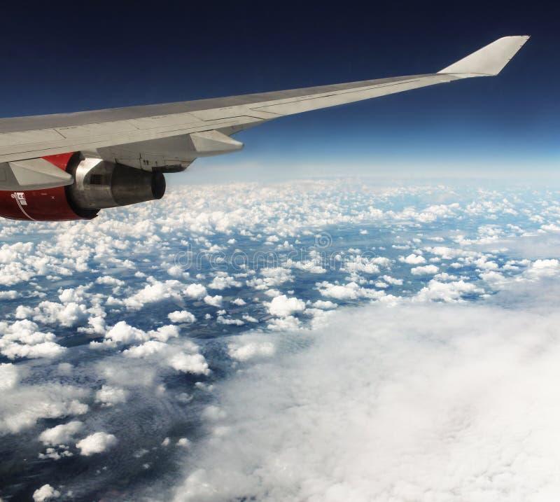 Cumuli sotto la protezione dell'aereo fotografia stock