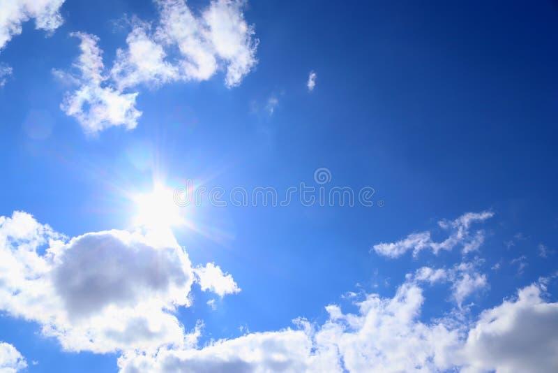 Cumulo e cirri bianchi lanuginosi bei su un cielo blu profondo immagini stock