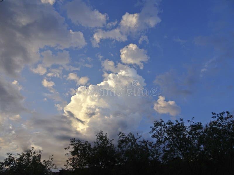 Cumulo e cirri contro il cielo blu fotografie stock libere da diritti