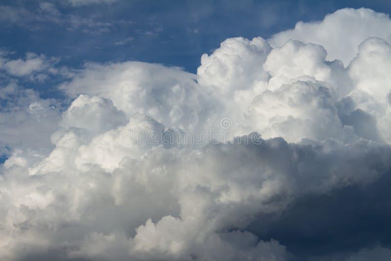 Cumulo nimbus enorme nel cielo immagine stock