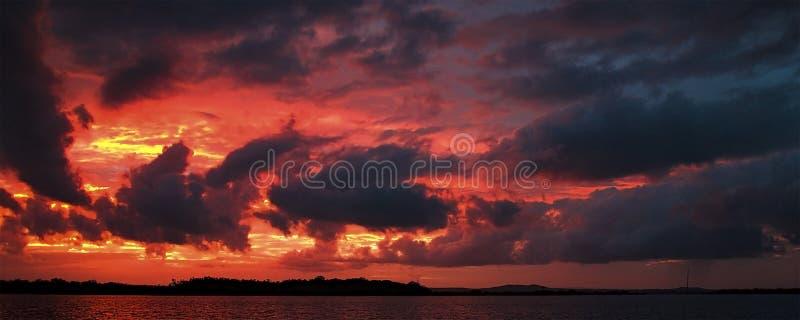 Cumulonimbus coloré par rouge, paysage marin de coucher du soleil images stock