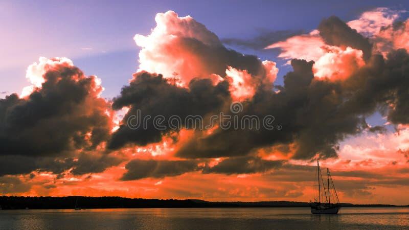 Cumulonimbus coloré par rouge, paysage marin de coucher du soleil photo stock