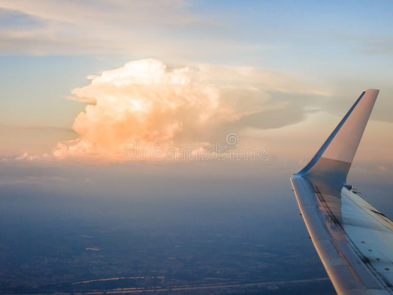 Cumulonimbus d'avion photographie stock libre de droits