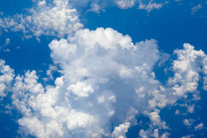 Cumulonimbus en ciel bleu image libre de droits