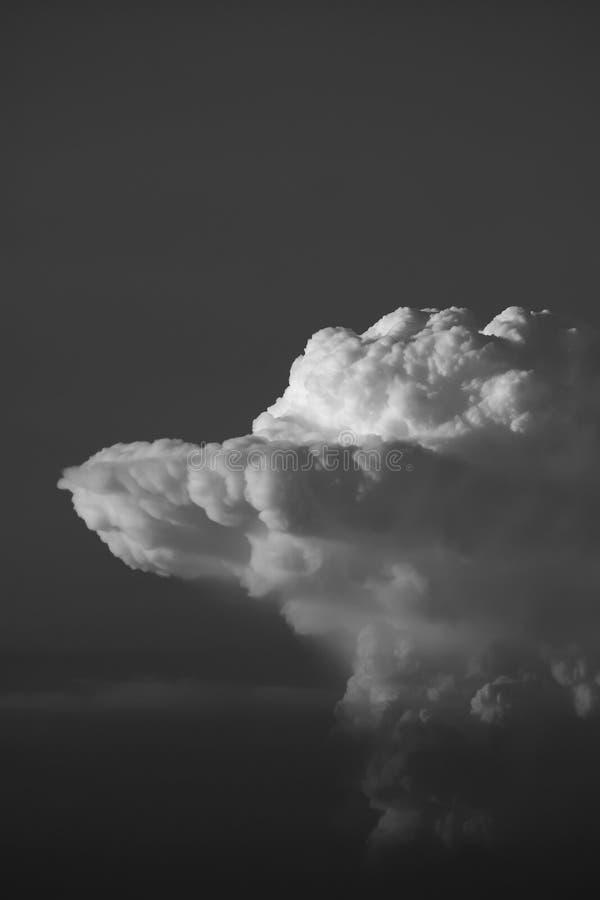 Cumulonimbus en noir et blanc photo stock
