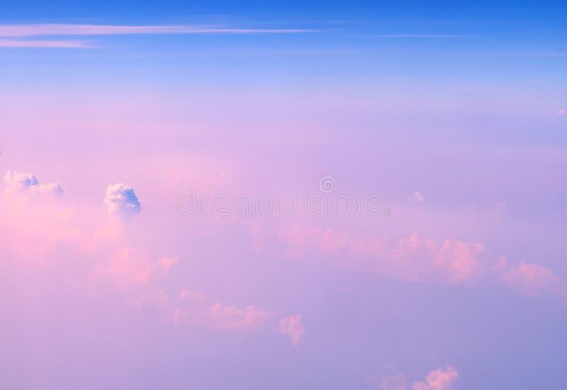 Cumulonimbus et nuages stratiformes en ciel bleu infini avec des nuances de rose - vue aérienne - fond naturel abstrait photo libre de droits