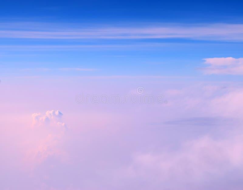 Cumulonimbus i Stratiform chmury w Nieskończonym niebieskim niebie z cieniami menchie Abstrakcjonistyczny Naturalny tło - widok z fotografia royalty free