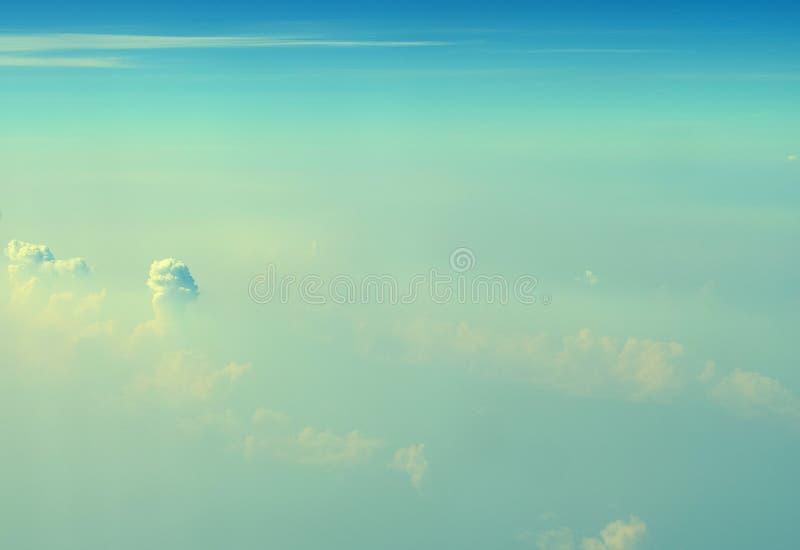 Cumulonimbus i Stratiform chmury w Nieskończonym niebieskim niebie z cieniami zieleń Abstrakcjonistyczny Naturalny tło - widok z  obrazy stock