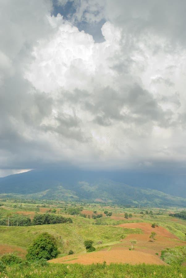 Cumulonimbus tropische berg stock afbeeldingen