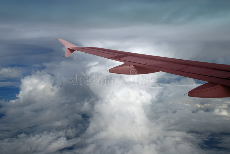 Cumulonimbus und rosafarbener Flügel lizenzfreie stockfotos