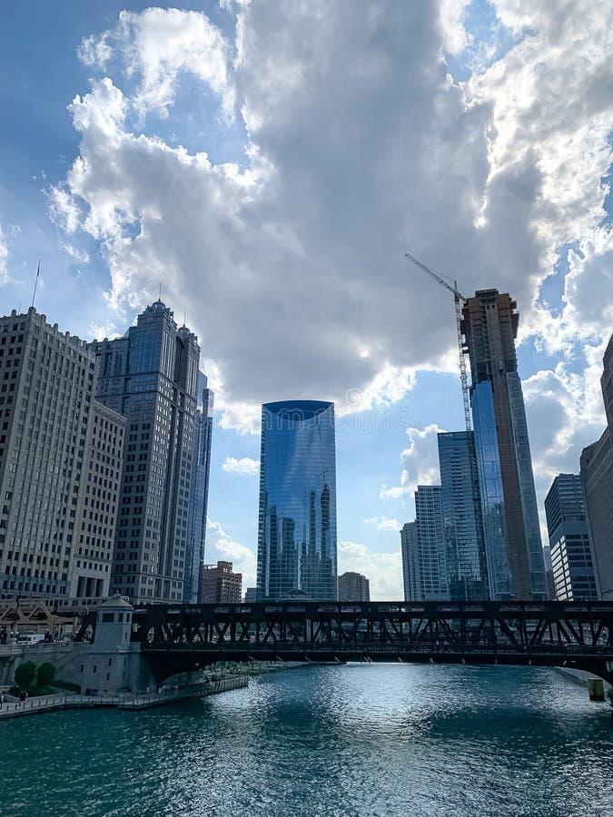 Cumulonimbuswolken schweben über Chicago-Schleife nach einem Sturm lizenzfreie stockfotos