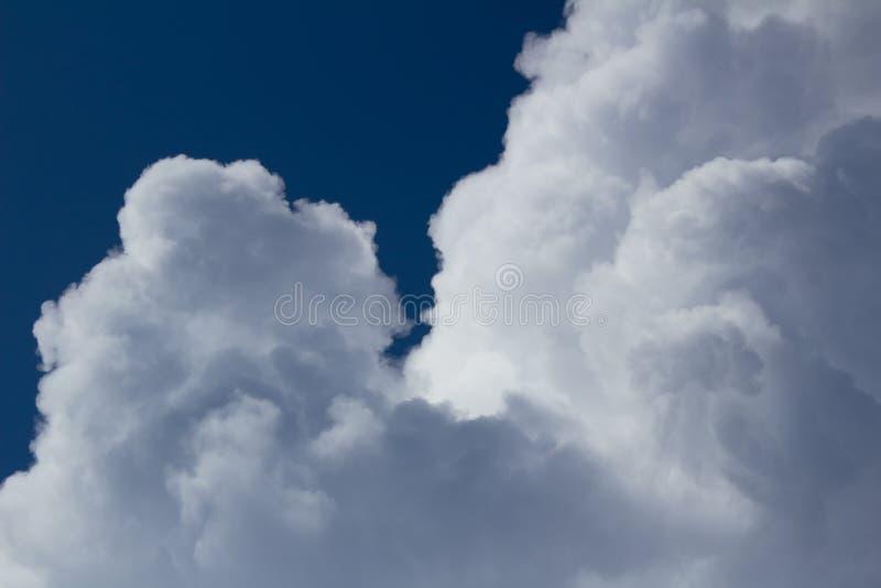 Cumulus blancs et bleus sur le ciel bleu-foncé image libre de droits