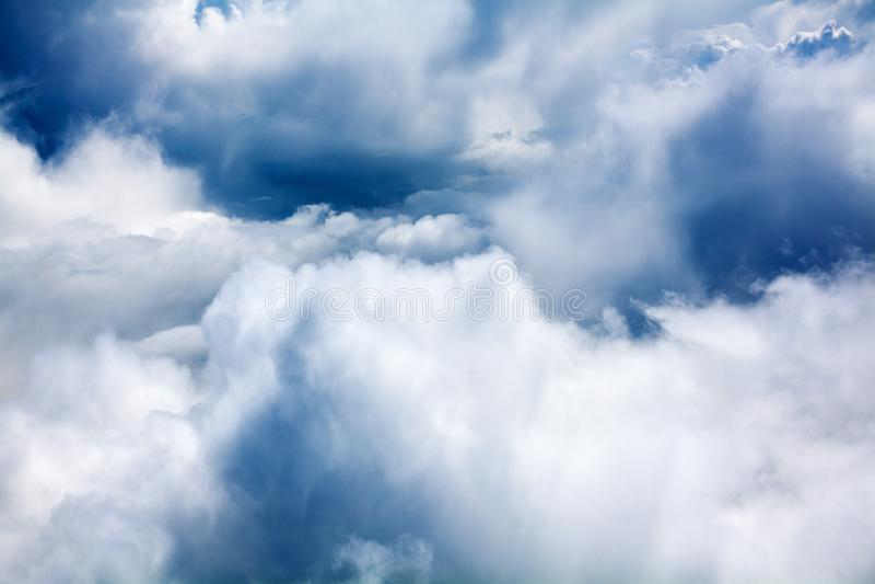 Cumulus blancs, plan rapproché de fond de ciel bleu, contexte obscurci de cieux, beau cloudscape orageux pluvieux de texture pelu photos stock
