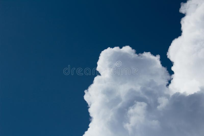 Cumulus blancs sur le ciel bleu-foncé avec des découpes claires images libres de droits